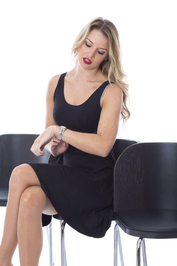 Młody Biznesowej kobiety Siedzący czekanie Patrzeje zegarek zdjęcie stock