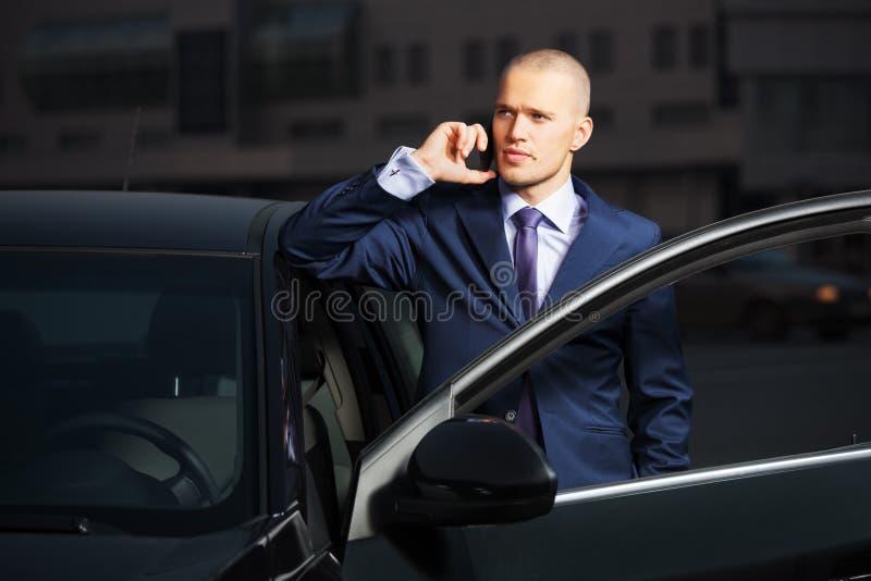 Młody biznesowy mężczyzna dzwoni na telefonie zdjęcie stock