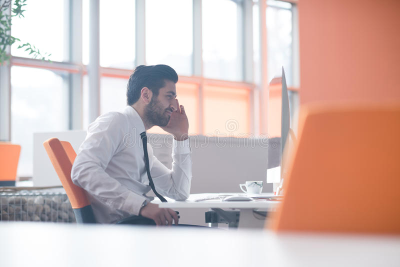 Młody biznesowy mężczyzna pracuje na komputerze stacjonarnym zdjęcie royalty free