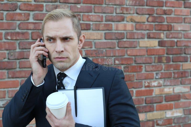 Młody biznesowy mężczyzna z telefonem komórkowym otrzymywa straszną wiadomość zdjęcia royalty free