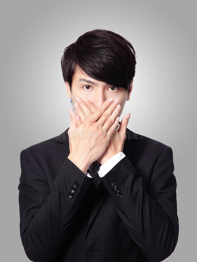 Młody biznesowy mężczyzna zakrywa jego usta zdjęcie royalty free