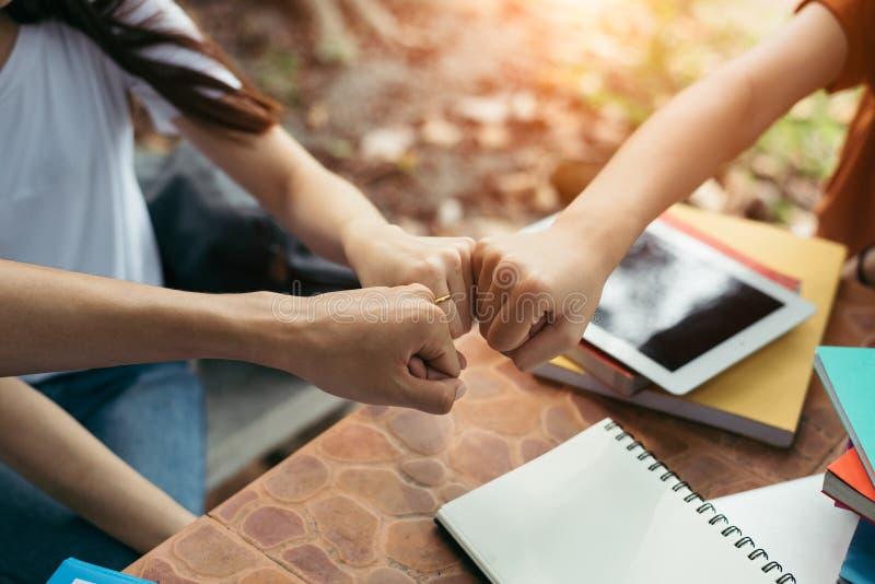 Młody biznesowy partnerstwo daje pięść garbkowi zaczynać w górę i wszczyna nowego projekt Biznesu i edukacji praca zespołowa przy zdjęcie stock