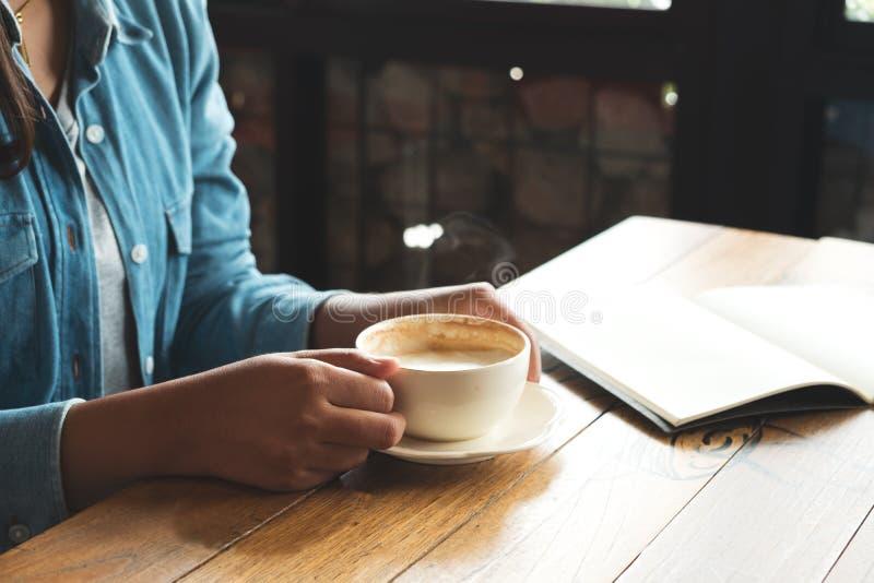Młody biznesowych kobiet przerwy czas w kawiarni obrazy royalty free