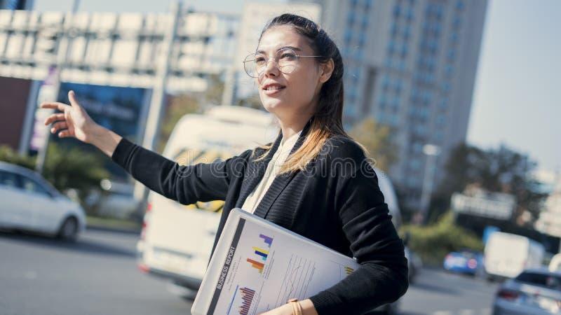 Młody bizneswoman dzwoni taxi obraz stock
