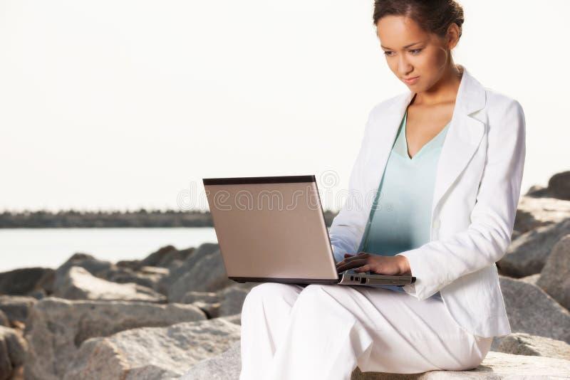 Młody bizneswoman na plaży obrazy stock