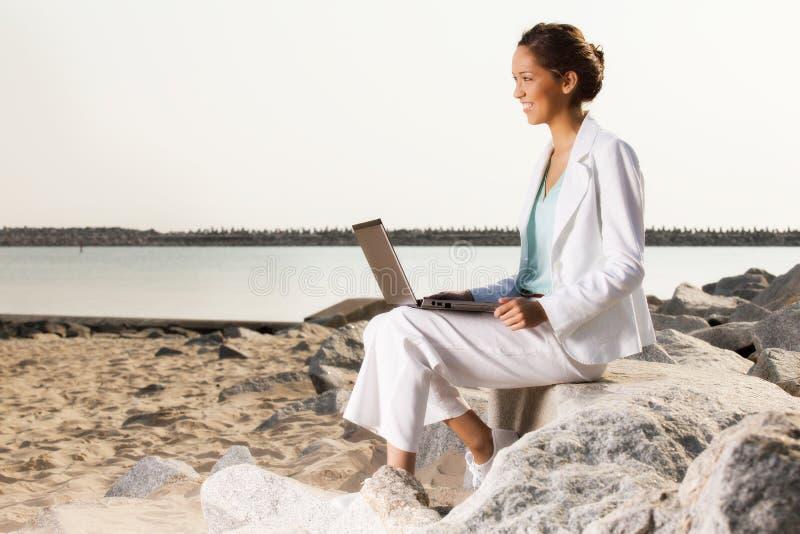 Młody bizneswoman na plaży obrazy royalty free
