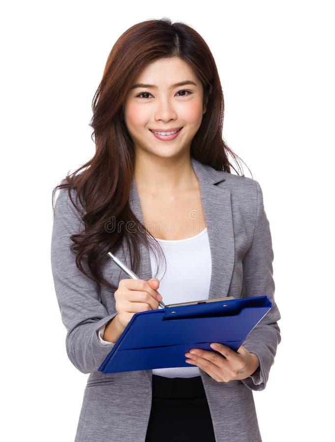 Młody bizneswoman pisze na schowku fotografia stock