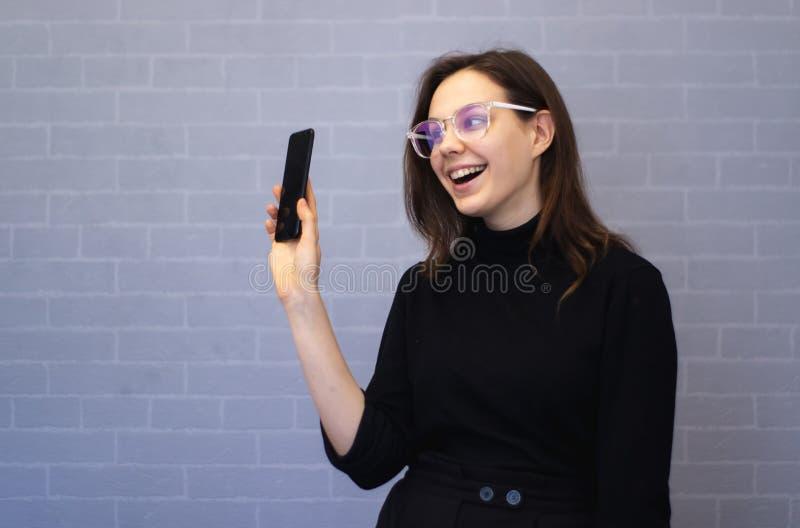 Młody bizneswoman pokazuje coś na telefonie zdjęcie royalty free