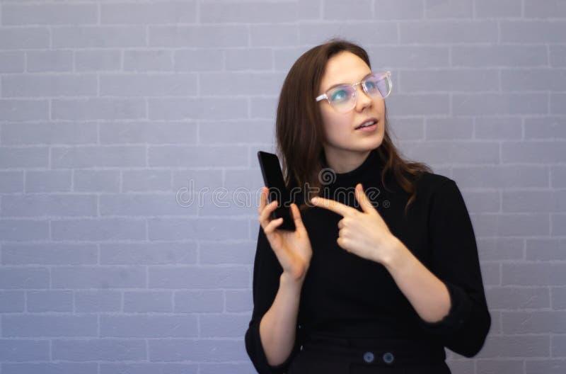 Młody bizneswoman pokazuje coś na telefonie zdjęcia stock