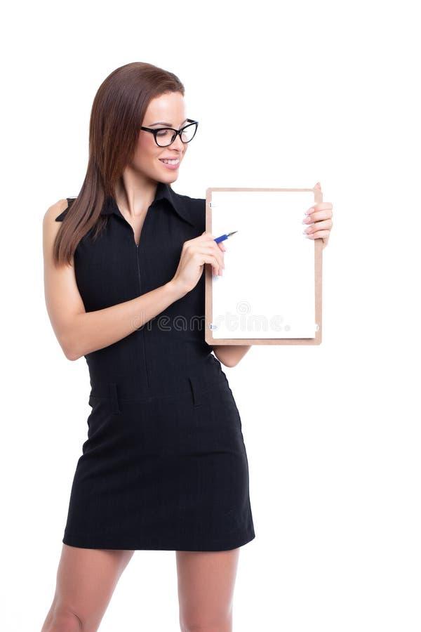 Młody bizneswoman pokazuje na pustej liście kontrolnej odizolowywającej na bielu fotografia royalty free