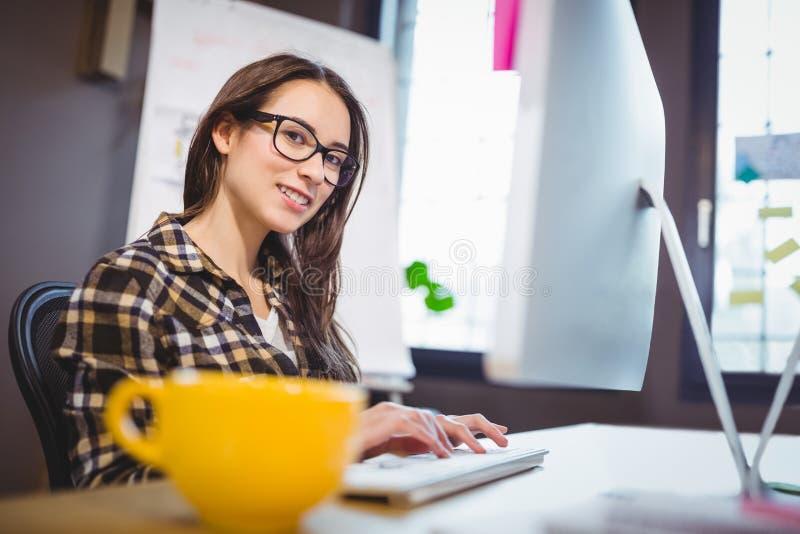 Młody bizneswoman pracuje przy komputerowym biurkiem obraz royalty free