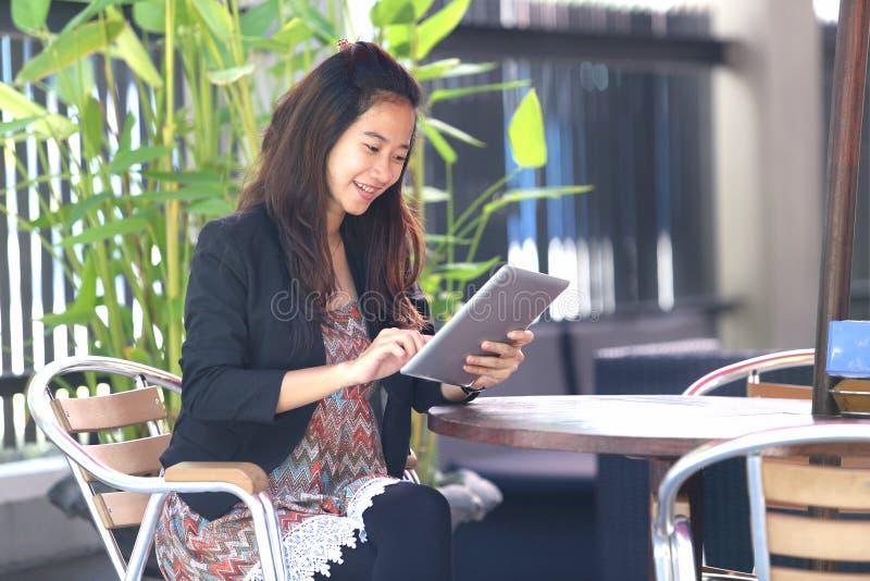 Młody bizneswoman pracy oudoor w kawiarni, zdjęcia royalty free