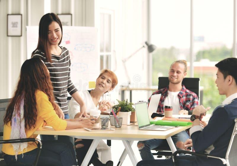 Młody bizneswoman prowadzi spotkania w przypadkowym położeniu zdjęcie stock