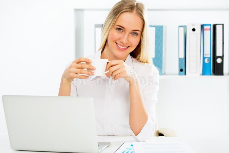 Młody bizneswoman przy biurem obraz royalty free