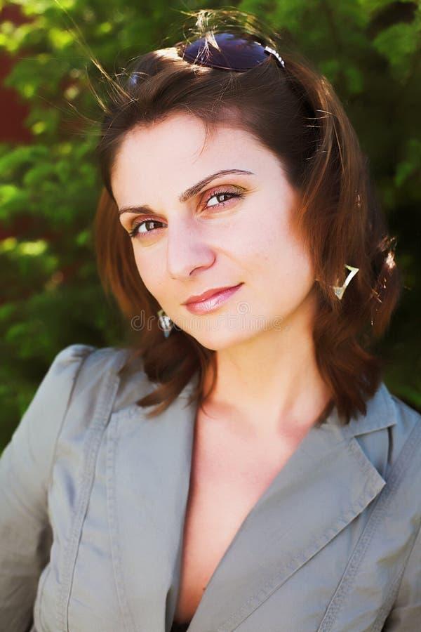 Młody bizneswoman w naturalnym środowisku zdjęcia stock