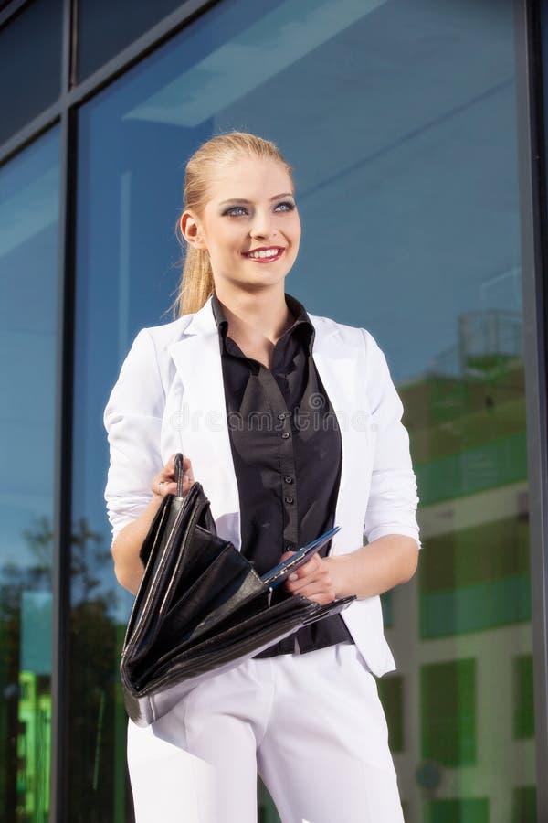 Młody bizneswoman z biefcase obrazy stock