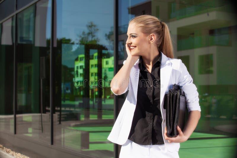 Młody bizneswoman z biefcase fotografia royalty free