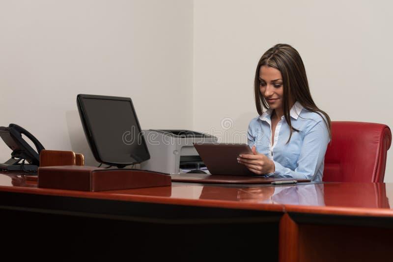 Młody bizneswoman Z Cyfrowej pastylką w biurze zdjęcie royalty free