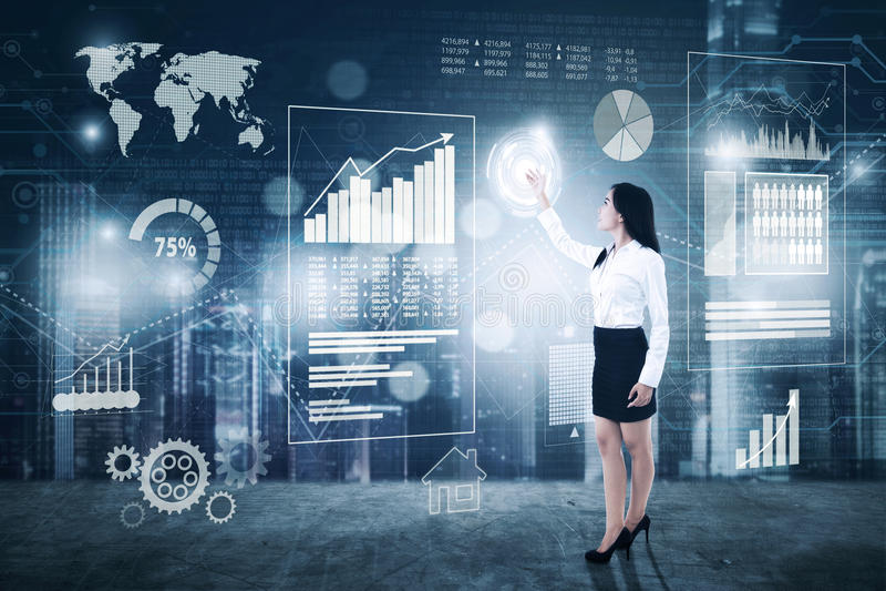 Młody bizneswoman z cyfrowym ekranem obraz stock