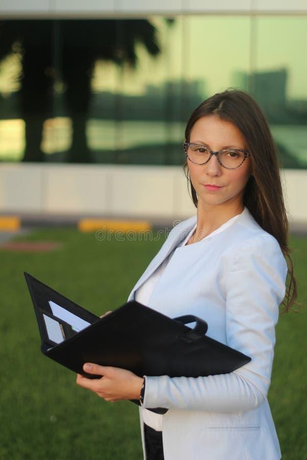 Młody bizneswoman z falcówką - Akcyjny wizerunek obraz royalty free