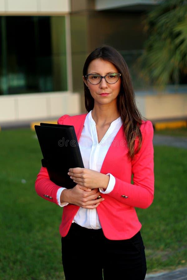 Młody bizneswoman z folio zdjęcia stock
