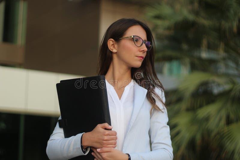 Młody bizneswoman z folio - Akcyjny wizerunek zdjęcia royalty free