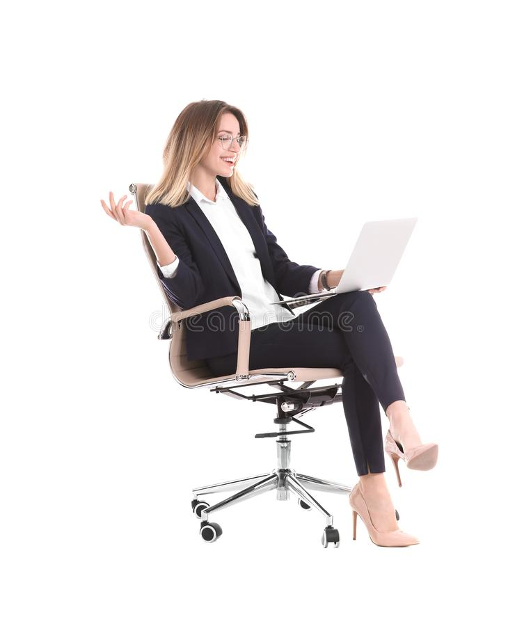 Młody bizneswoman z laptopu obsiadaniem w biurowym krześle zdjęcie stock