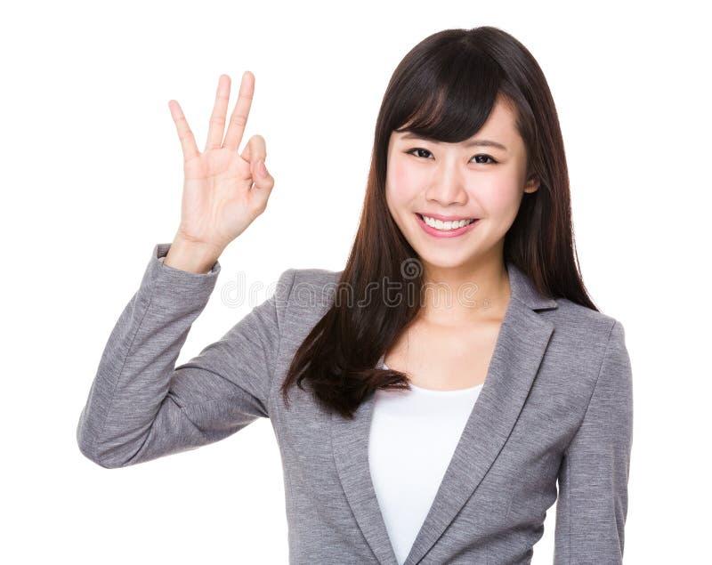 Młody bizneswoman z ok znaka gestem obraz royalty free