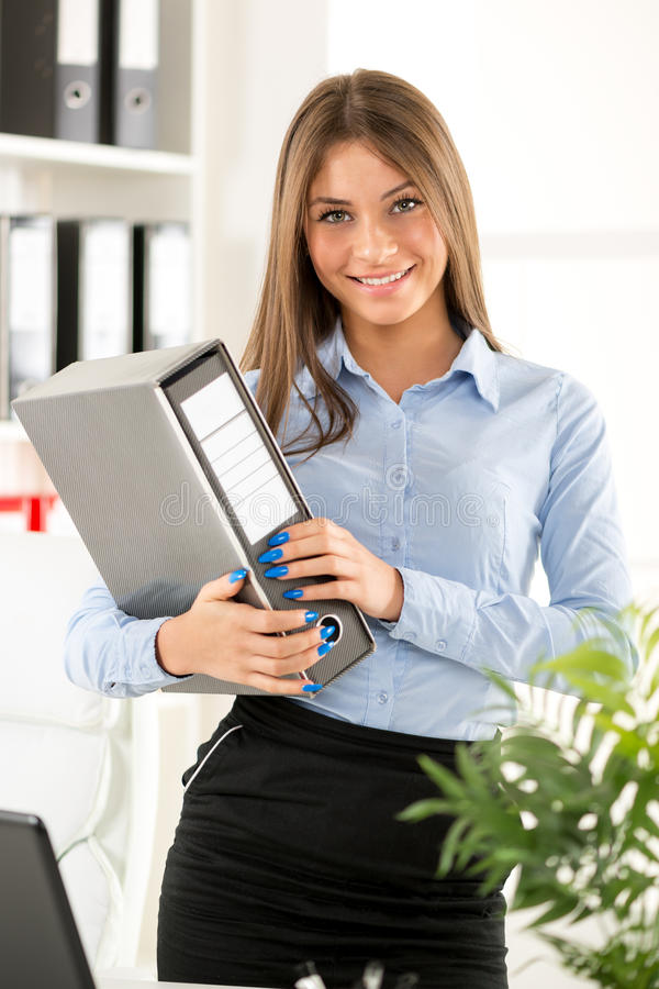 Młody bizneswoman Z segregatorem zdjęcia stock