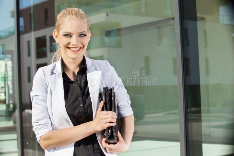 Młody bizneswoman z teczką zdjęcia royalty free