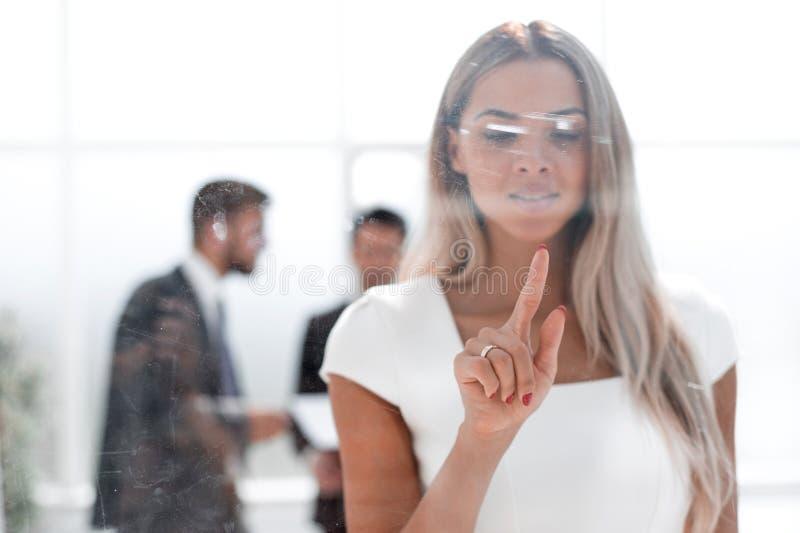 Młody bizneswomanu dosunięcie na szkło desce fotografia stock