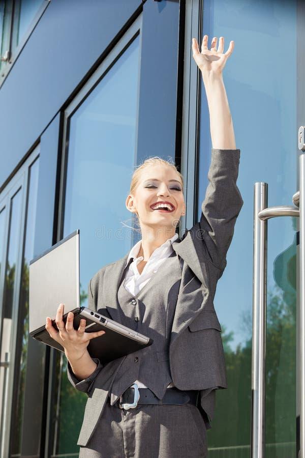Młody bizneswomanu falowanie zdjęcia stock