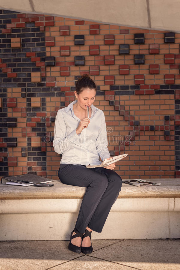 Młody bizneswomanu obsiadanie w foyerze obraz royalty free