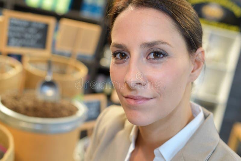 Młody bizneswomanu portret w sklepie z kawą obrazy royalty free