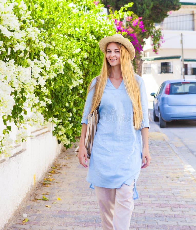 Młody blond kobiety odprowadzenie w ulicie Tunis zdjęcia stock