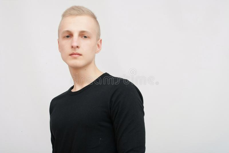 Młody blondynka mężczyzna portret w studiu na szarym tle zdjęcia stock