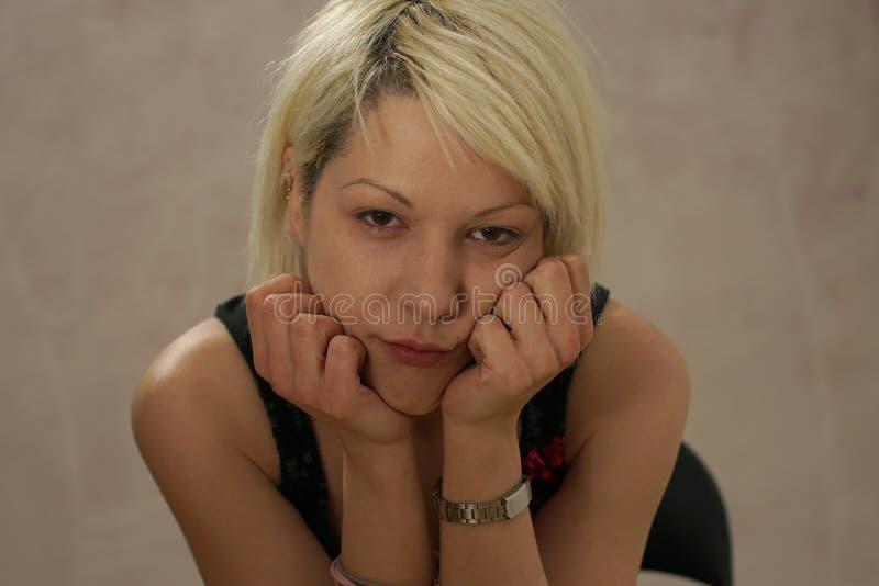 Młody blondynki dziewczyny portret w przypadkowym nastroju zdjęcie royalty free