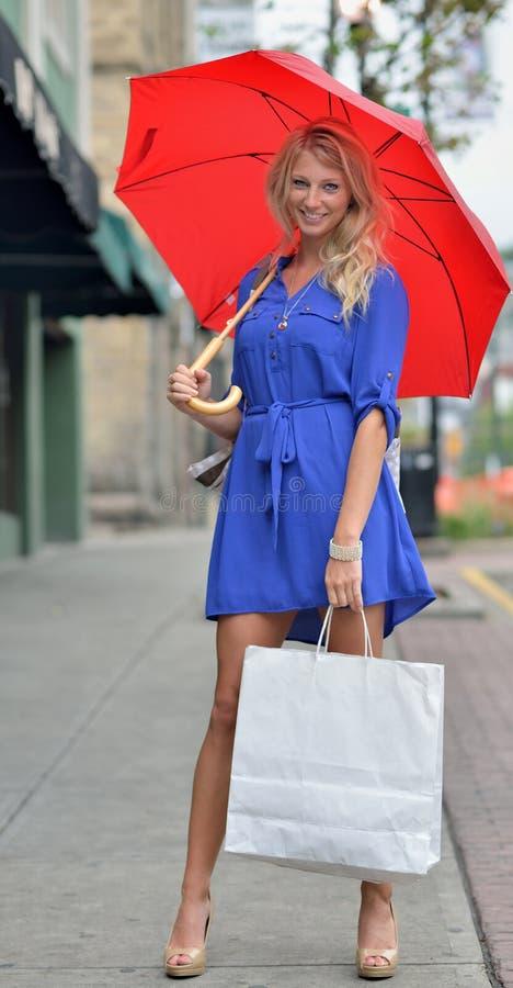 Młody blondynki kobiety zakupy śródmieście zdjęcie royalty free