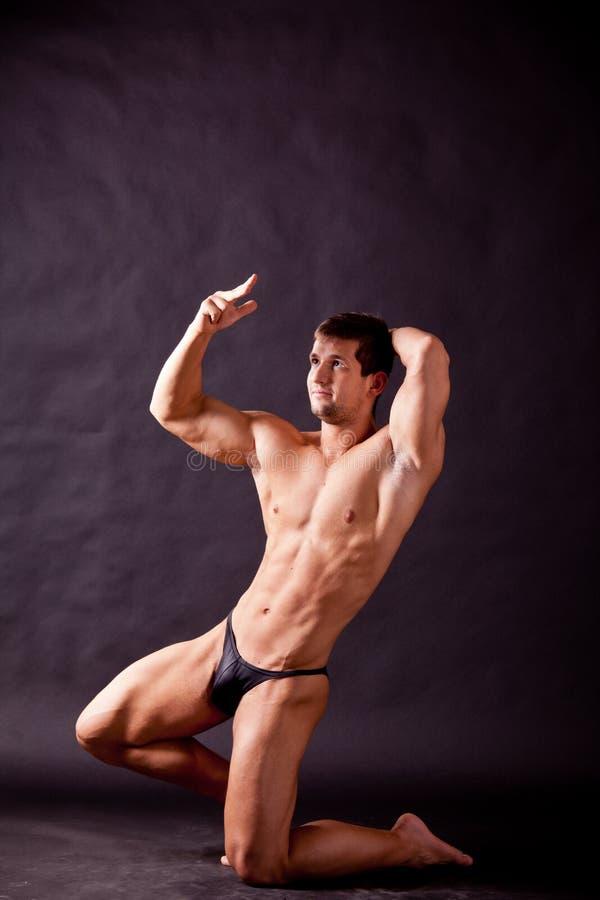 Młody bodybuilder pozować fotografia royalty free