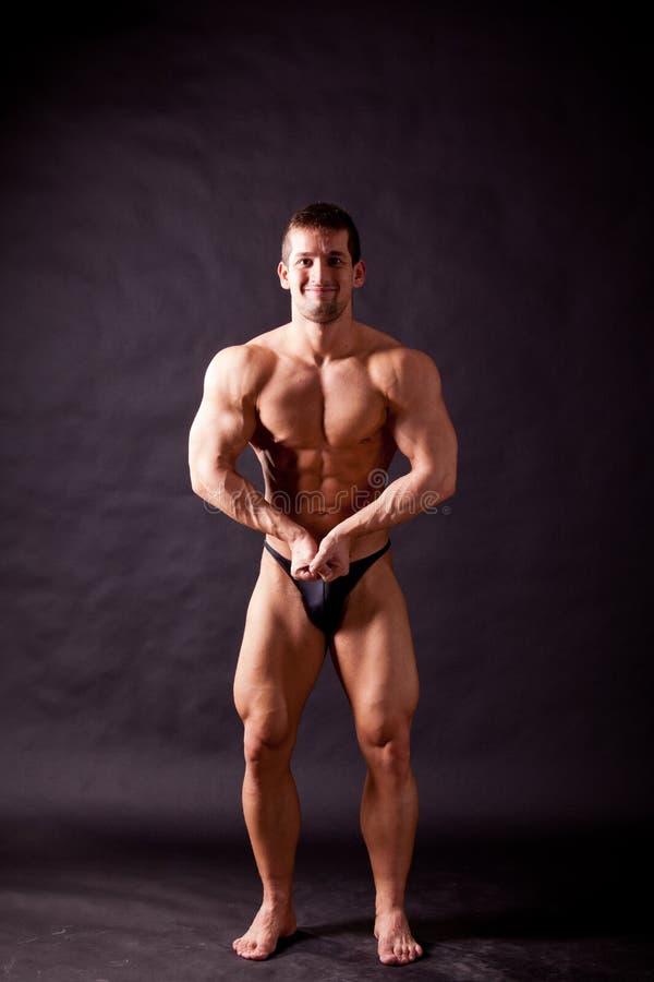 Młody bodybuilder pozować zdjęcia royalty free