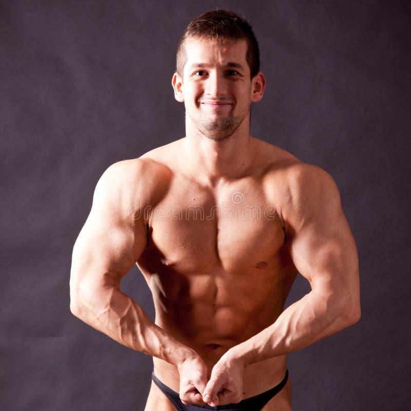 Młody bodybuilder pozować zdjęcia stock