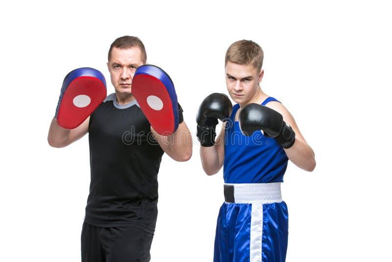 Młody bokser pracujący z trenerem out zdjęcia stock