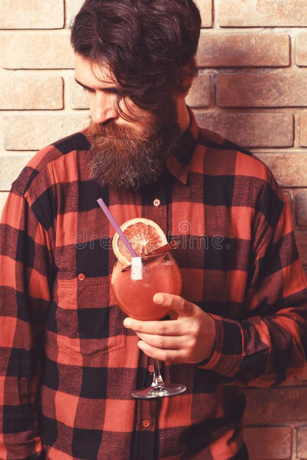 Młody brodaty barmanu portret na lekkim ściana z cegieł tle obrazy stock