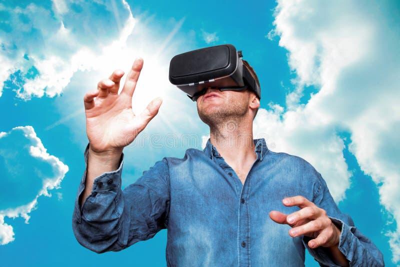 Młody brodaty mężczyzna jest ubranym rzeczywistość wirtualna szkła w nowożytnym inte zdjęcia royalty free
