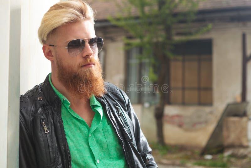 Młody brodaty mężczyzna pozować plenerowy zdjęcia stock
