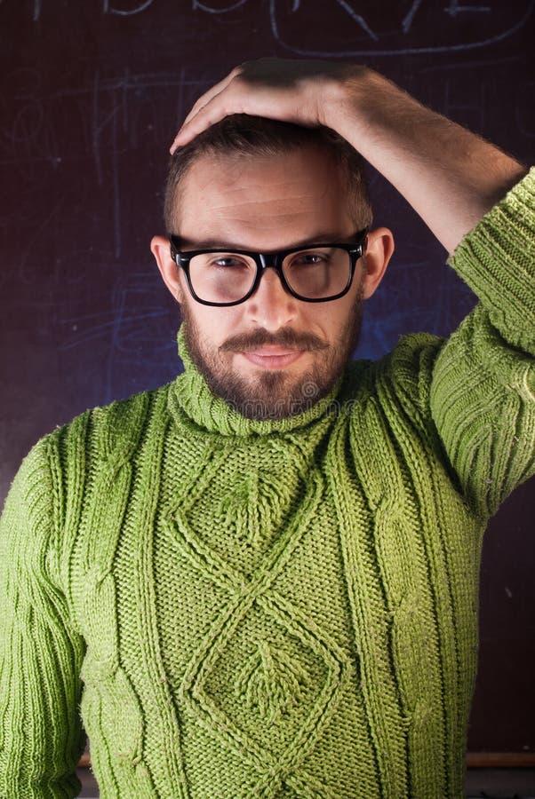 Młody brodaty modnisia mężczyzna jest ubranym szkła fotografia royalty free