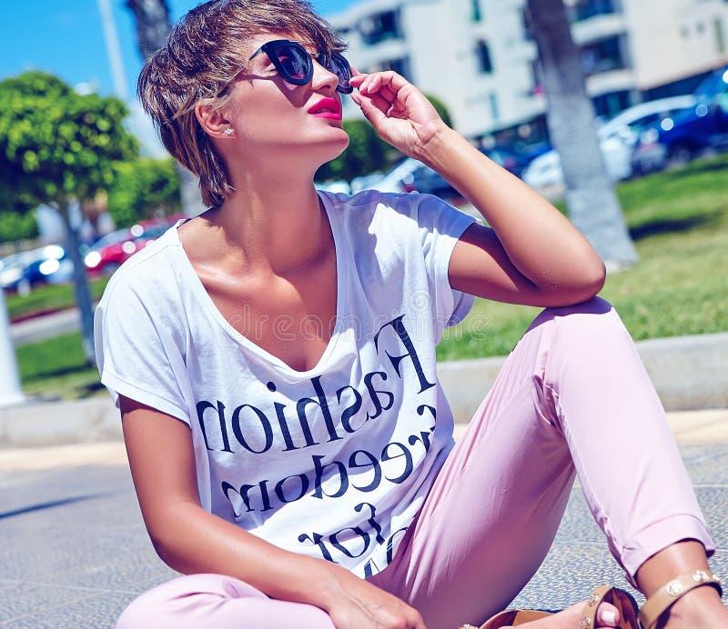 młody brunetki kobiety model w lato modnisia przypadkowych ubraniach zdjęcie royalty free