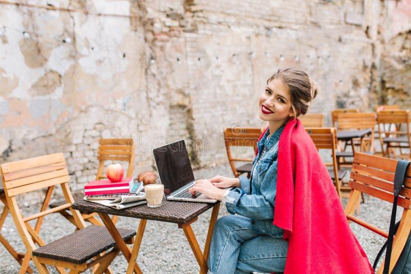 Młody buisnesswoman pracuje na nowym projekcie używać laptop podczas lunchu czasu przy plenerową kawiarnią Biznesowy lunch zdjęcia royalty free