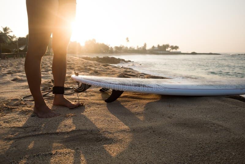 Młody caucasian kobieta surfingowiec z surfboard w ranku zdjęcia royalty free