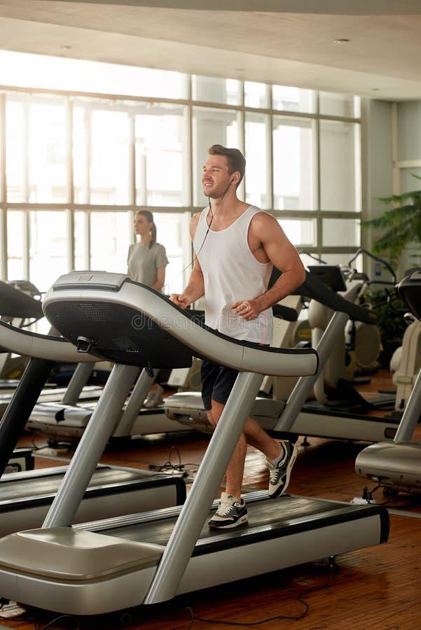 Młody caucasian mężczyzna ćwiczy przy gym zdjęcie royalty free